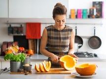 Bitande pumpa för ung hemmafru i kök Arkivbild