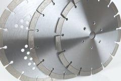 Bitande skivor med diamanter - diamantdisketter för betong som isoleras på den vita bakgrunden Arkivbild
