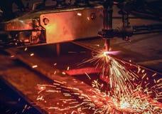 Bitande stålplatta för arbetare med acetylen som svetsar den bitande facklan Arkivfoton