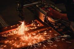 Bitande stålplatta för arbetare med acetylen som svetsar den bitande facklan Arkivbild