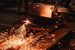 Bitande stålplatta för arbetare med acetylen som svetsar den bitande facklan Arkivbilder