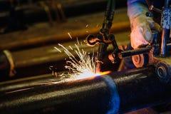 Bitande stålrör för arbetare med acetylen som svetsar bitande fackla a Royaltyfri Foto