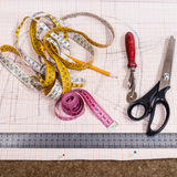 Bitande tabell med torkduken, blyertspenna, modell, hjälpmedel Royaltyfria Foton