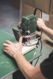 Bitande trä för man med maskiner för en malning Royaltyfria Foton