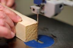 Bitande trä med en bandsåg Arkivfoto