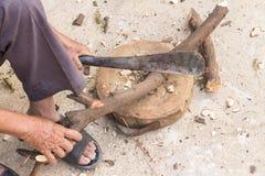 Bitande trä för skogsarbetareman Arkivfoto