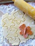 Bitande ut kakor för nallebjörn royaltyfri bild