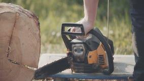 Bitande wood användande chainsaw för man arkivfilmer