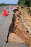 Bitande yttersida av den inre strukturen för asfaltväg som spolar ren vid wate Royaltyfria Bilder