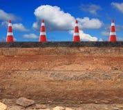 Bitande yttersida av den inre strukturen för asfaltvägen som spolar ren vid vattenflodattack, indikerade lagret Arkivbilder