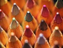 bitar av kulöra blyertspennor Arkivfoton