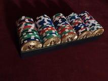 Bitcoi чеканит с обломоками покера на красной ткани Стоковая Фотография