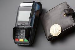 Bitcoin、信用卡和POS终端 到达天空的企业概念金黄回归键所有权 免版税库存图片