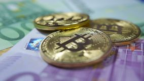 Bitcoin、cryptocurrency、金黄bitcoins和真正的金钱 钞票概念性货币欧元五十五十 股票录像