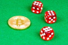 Bitcoin与红色的金属硬币在绿色切成小方块 图库摄影