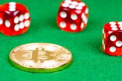 Bitcoin与红色的金属硬币在绿色切成小方块 免版税库存图片