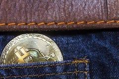 Bitcoin口袋蓝色牛仔裤棕色传送带 库存照片