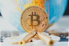 Bitcoin和子弹 在弹药的非法贸易 库存图片