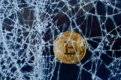 Bitcoin和破裂的玻璃在黑背景 bitcoin的秋天 崩溃崩溃 库存图片