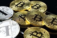 Bitcoin和Litecoin,新的真正金钱的物理版本 全世界cryptocurrency和数字式付款sys的概念性图象 免版税库存照片