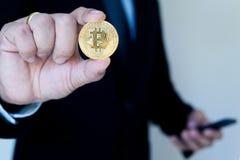 Bitcoin和men's背景展示 概念市场在将来 图库摄影