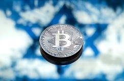 Bitcoin在以色列旗子的背景,概念铸造 免版税库存照片