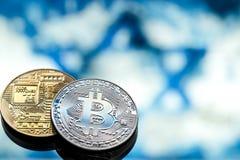Bitcoin在以色列旗子的背景,真正金钱,特写镜头的概念铸造 免版税库存照片