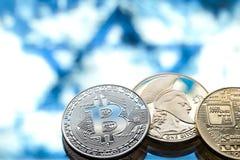 Bitcoin在以色列旗子的背景,真正金钱,特写镜头的概念铸造 免版税图库摄影
