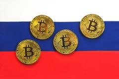Bitcoin在俄罗斯的旗子的金子颜色 免版税库存照片