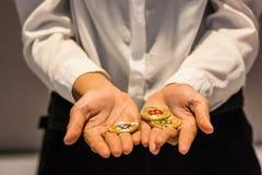 Bitcoin在手中, bitcoin,与接近的拉扯bitcoin, m战争  免版税库存图片