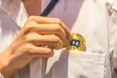 Bitcoin在手中, bitcoin,与接近的拉扯bitcoin, m战争  库存图片