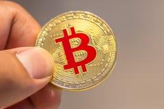 Bitcoin在手中, bitcoin,与接近的拉扯bitcoin, m战争  库存照片