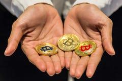 Bitcoin在手中, bitcoin,与接近的拉扯bitcoin, m战争  免版税库存照片