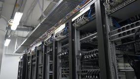 bitcoin在架线的shelfs的矿工设定行  Bitcoin采矿的计算机 对主板的缆绳插座开采的 免版税图库摄影