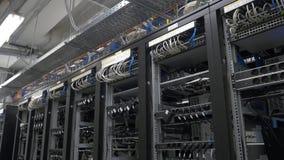 bitcoin在架线的shelfs的矿工设定行  Bitcoin采矿的计算机 对主板的缆绳插座开采的 库存图片