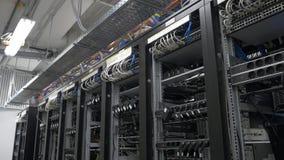 bitcoin在架线的shelfs的矿工设定行  Bitcoin采矿的计算机 对主板的缆绳插座开采的 免版税库存图片