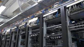 bitcoin在架线的shelfs的矿工设定行  Bitcoin采矿的计算机 对主板的缆绳插座开采的 库存照片