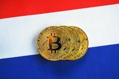 Bitcoin在法国的旗子的金子颜色 库存图片
