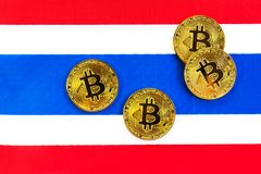 Bitcoin在泰国的旗子的金子颜色 库存图片