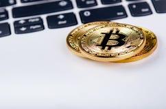 Bitcoin在白色膝上型计算机键盘铸造  计算机 投资情况 新的真正货币 多数可贵的cryptocurrency 免版税库存图片
