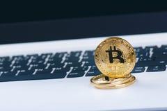Bitcoin在白色膝上型计算机键盘铸造  计算机 投资情况 新的真正货币 多数可贵的cryptocurrency 免版税库存照片