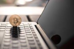 Bitcoin在膝上型计算机的硬币标志,未来概念财政货币,隐藏货币 免版税库存照片