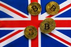 Bitcoin在英国的旗子的金子颜色 免版税库存图片