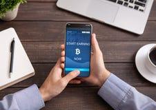 Bitcoin在被隔绝的智能手机屏幕上的收入应用 库存照片