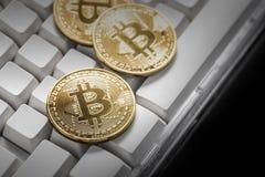 Bitcoin在键盘的物理Bitcoin-Cryptocurrency 事务co 库存图片