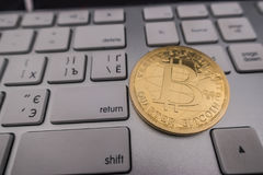 Bitcoin在键盘的纪念品硬币 免版税库存照片