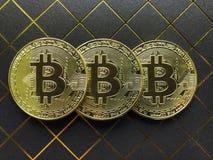 Bitcoin在黑暗的背景的金子颜色 免版税图库摄影