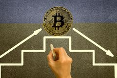bitcoin在黑黑板的成长图表的率 免版税库存照片