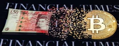 Bitcoin微粒被变换成英镑钞票 倒栽跳水或背景隐藏货币内容和财政3月 免版税库存图片