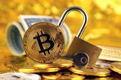 Bitcoin新的真正金钱、金黄一美元挂锁和钞票的物理版本  库存图片